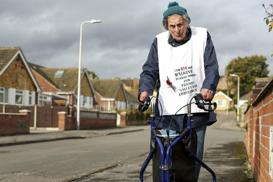 104-Jährige möchte etwas Gutes tun: Sie spaziert 42 Kilometer!