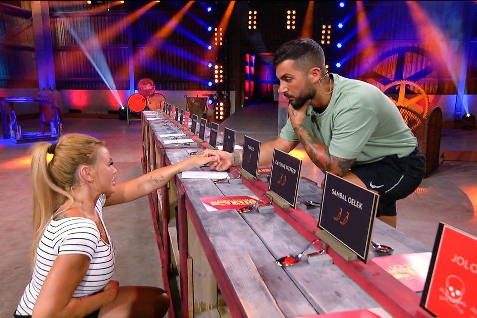 Lisha und Lou scheitern an einigen Fragen, geben schließlich auf.
