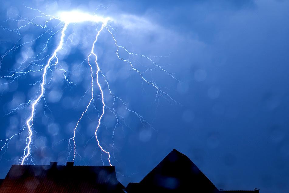 Auch am Wochenende erwartet der Deutsche Wetterdienst viele Wolken, einzelne Schauer und Gewitter.
