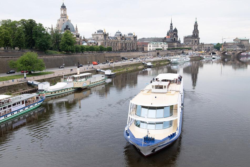 """Dieses Bild gibt es nun öfter zu sehen. Während die meisten Schiffe am Terrassenufer anliegen, macht sich """"Gräfin Cosel"""" auf den Weg zum Blauen Wunder und weiter nach Pillnitz."""