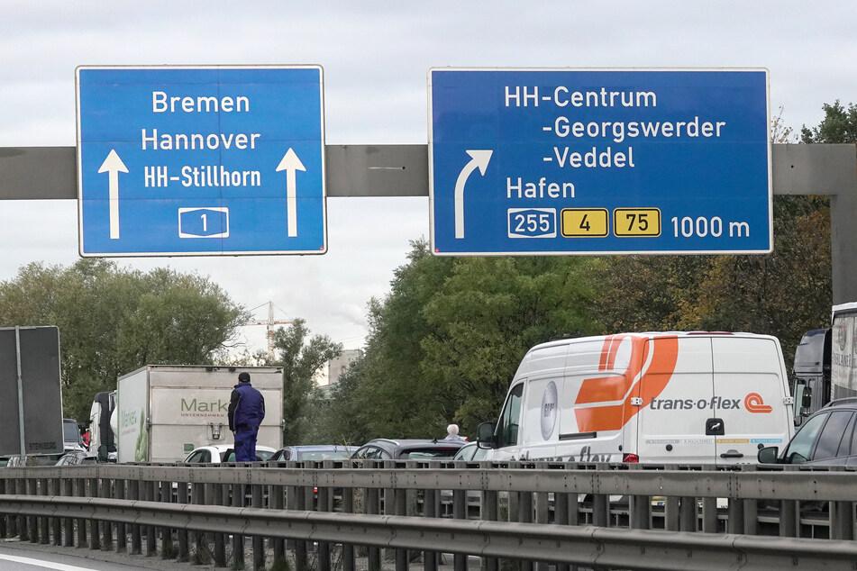 Die Sperrung auf der A1 in Richtung Hamburg-Bremen dauert aufgrund der Aufräumarbeiten weiterhin an. (Symbolbild)