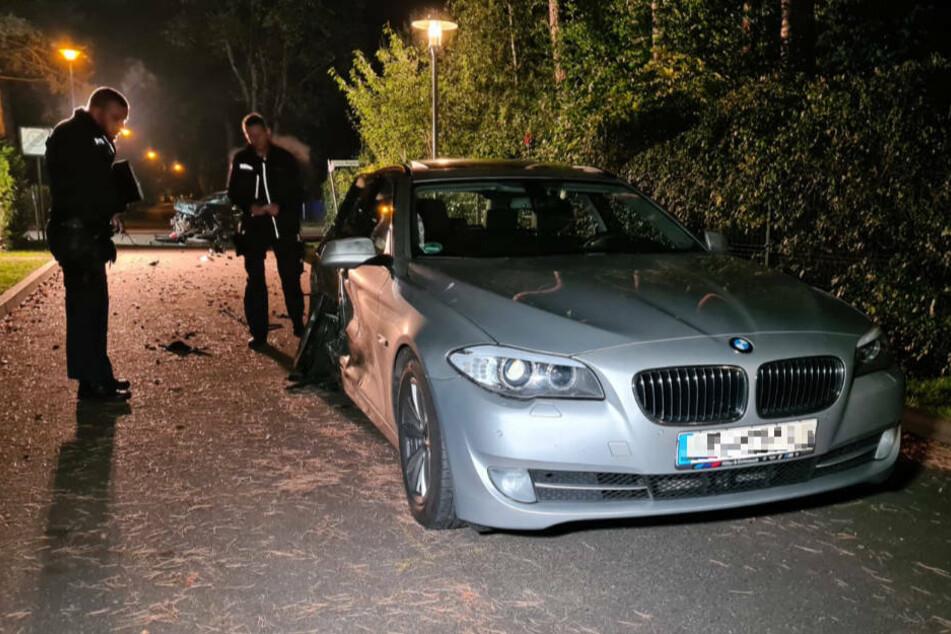 Polizeibeamte stehen neben dem BMW, dessen alkoholisierter Fahrer mit überhöhter Geschwindigkeit über die Kreuzung gerast ist und einem Kleinwagen die Vorfahrt genommen hat. Im Bereich der Hinterachse ist die Einschlagstelle zu erkennen.