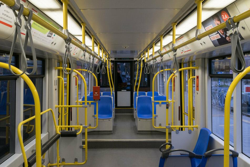 In einer Stadtbahn der Linie 4 soll ein Mann (44) in Köln in der Nacht zu Mittwoch mit einer Softair-Pistole auf andere Insassen geschossen haben. (Symbolbild)