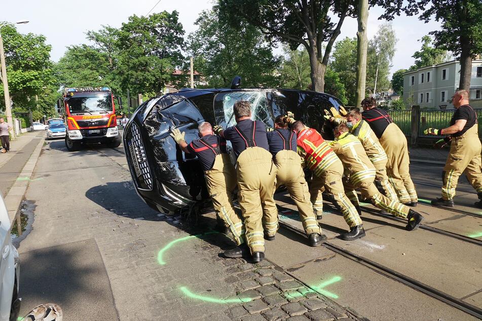 Feuerwehrleute drehten das Auto mit Manneskraft um.