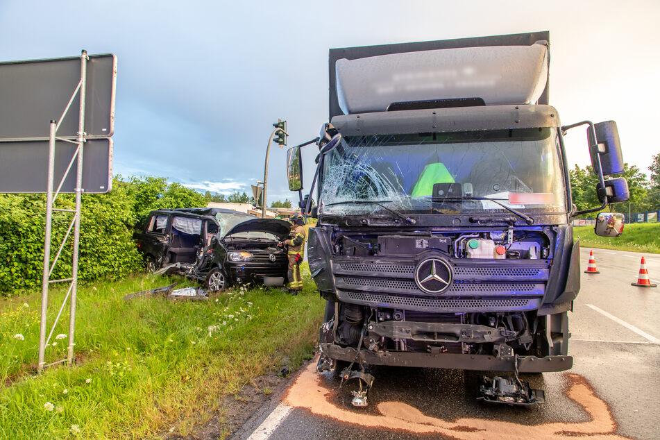 Am Donnerstagmorgen sind auf der B180 in Stollberg ein Lkw und ein Multivan zusammengestoßen.