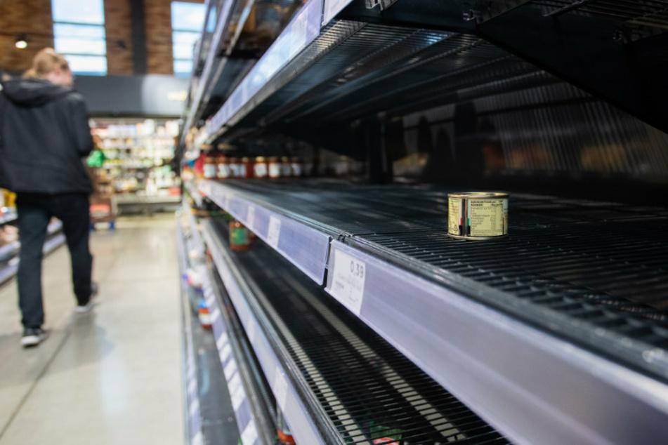 Geht's jetzt wieder los? Ein Kunde läuft im Supermarkt an einem leeren Regal vorbei.