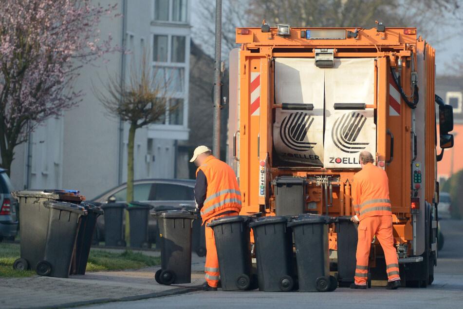 Schrecklicher Unfall: Mann gerät mit der Hand in Müllpresse