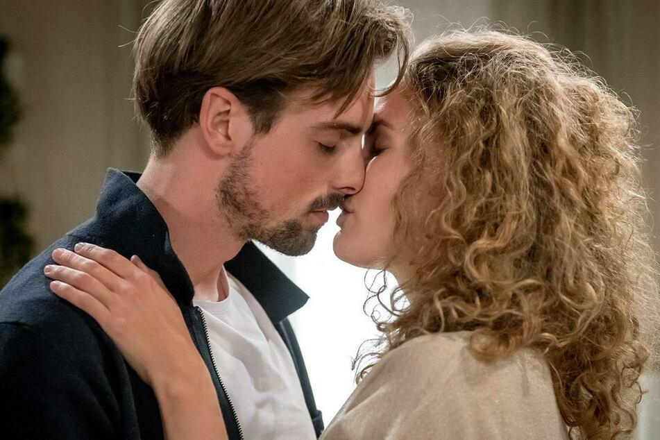 Maja (Christina Arends) gesteht Hannes (Pablo Konrad), wie sehr sie sich mit ihm verbunden fühlt.