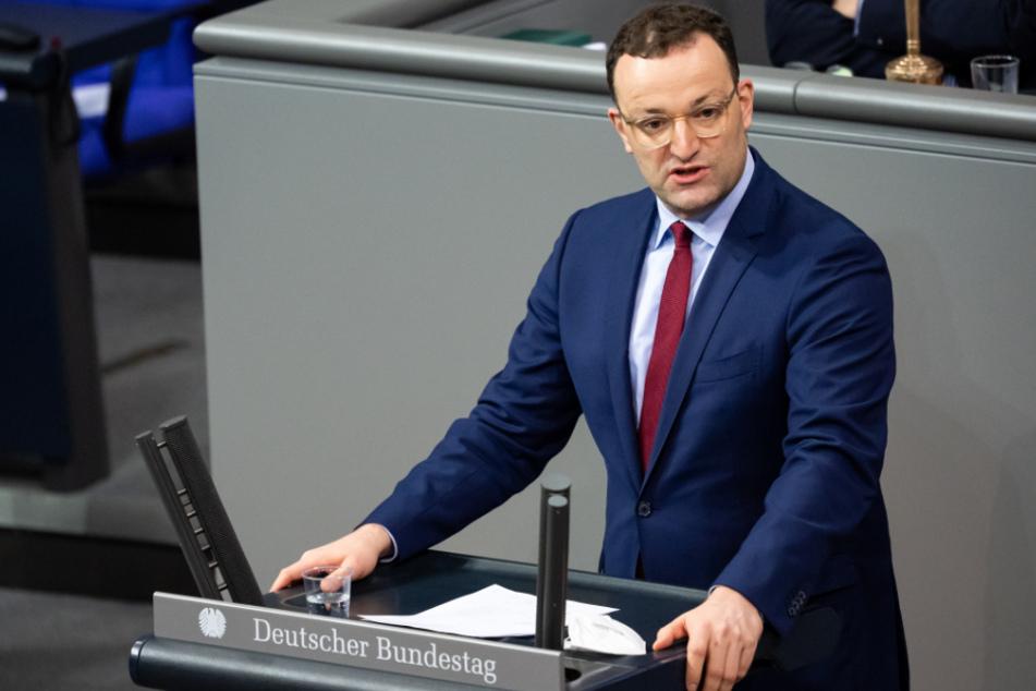 Bundesgesundheitsminister Jens Spahn spricht während der Aktuellen Stunde in der Plenarsitzung im Deutschen Bundestag.