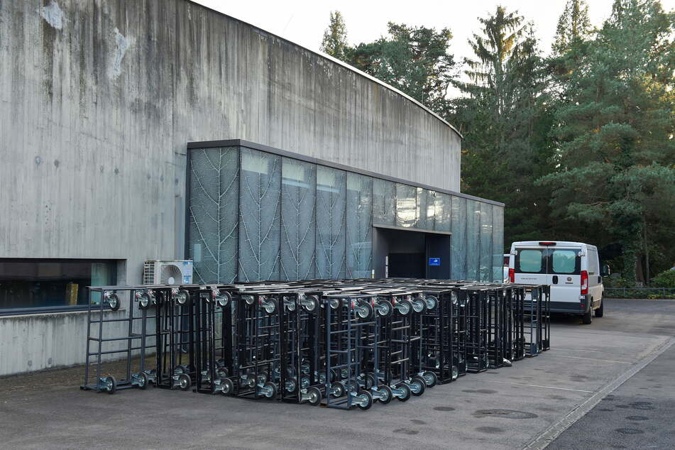 Ausnahmezustand im Krematorium Tolkewitz: Vor dem Eingang stehen etliche Untersätze für die ankommenden Särge bereit.