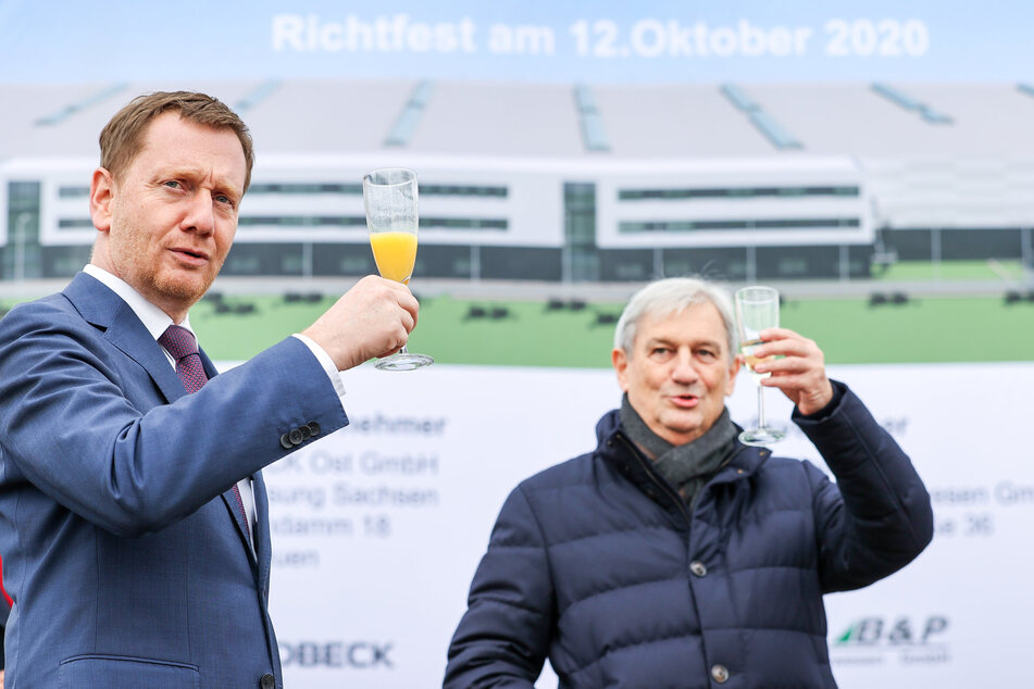 Stießen beim Richtfest an: Sachsens Ministerpräsident Michael Kretschmer (45, CDU, l.) und Firmenchef Fritz Dräxlmaier.