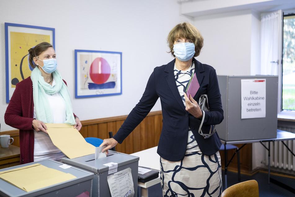 Die Kölner Oberbürgermeisterin Henriette Reker (63) bei ihrer Stimmabgabe am Sonntag.