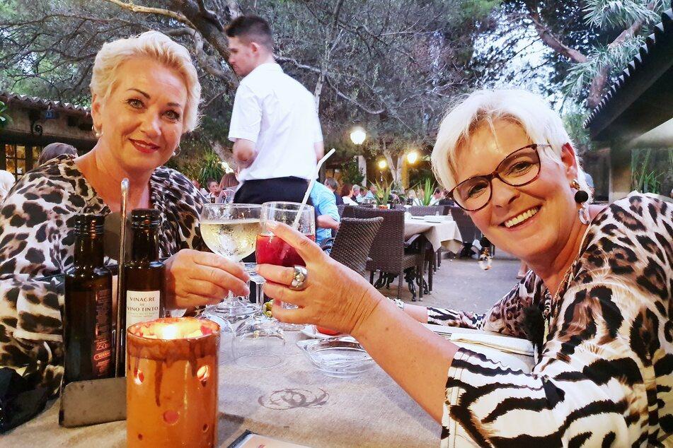 Anja (52, l.) und Tina (56) aus Essen machten Standard-Urlaub.
