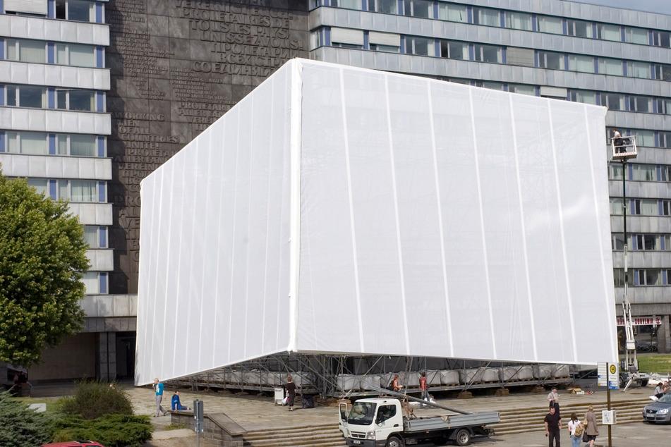 Mit Marx auf Augenhöhe - das war 2008 im Inneren der Verhüllung dank einer Aktion von Schneeberger Studenten und der Neuen Sächsischen Galerie möglich.