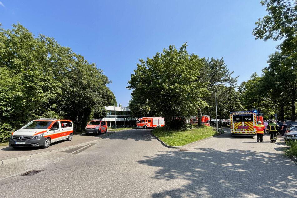 Einsatzkräfte am Dienstag am Geschwister-Scholl-Gymnasium.