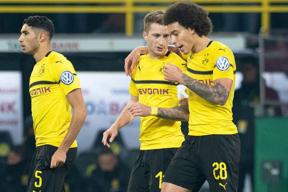 Axel Witsel (r.) beglückwünscht Dortmunds Spielführer Marco Reus (M.) zu dessen erstklassigem Freistoßtor.