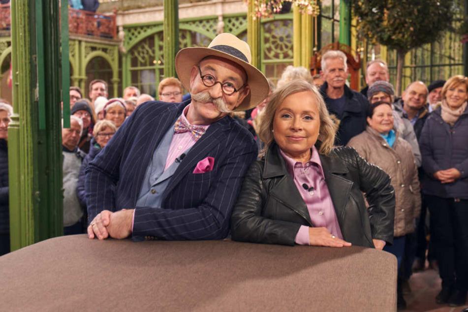 """Horst Lichter und Schauspielerin Christine Urspruch bei der """"Bares für Rares""""-Abendsendung aus Schwerin."""