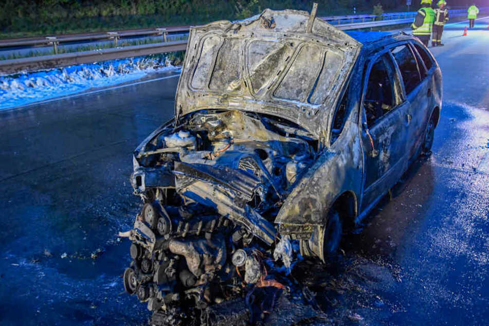Mann rettet sich in letzter Sekunde aus brennendem Auto