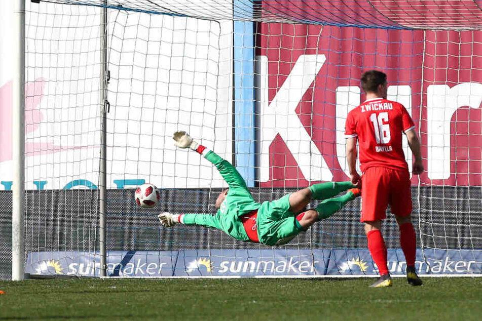 Tor für Rostock: Merveille Biankadi (nicht im Bild) trifft zum 2:0 gegen Torhüter Johannes Brinkies.