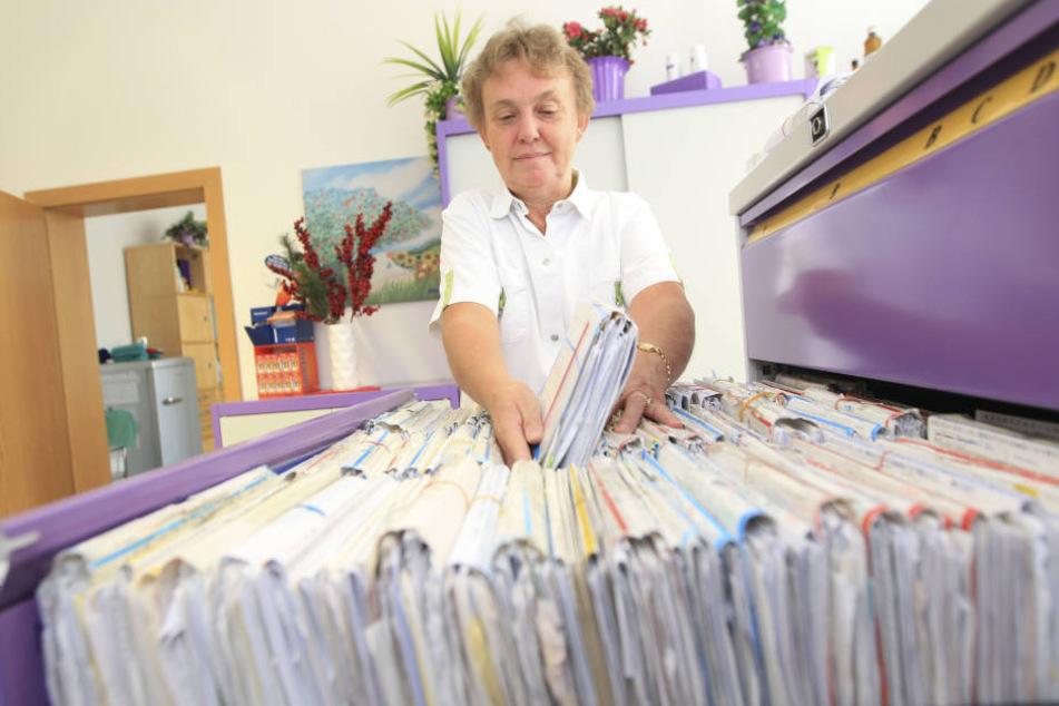 Schwester Rosi Löchner (58) in der Anmeldung. Seit 1991 arbeitet sie in der Praxis von Gebhardi.