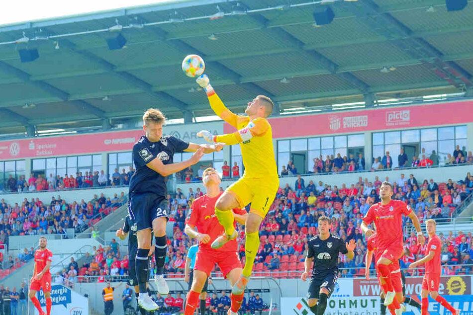 FSV-Keeper Johannes Brinkies (r.), der hier vor Uerdingens Oliver Steurer klärt, hat großen Anteil an der bisher starken Zwickauer Drittliga-Saison.