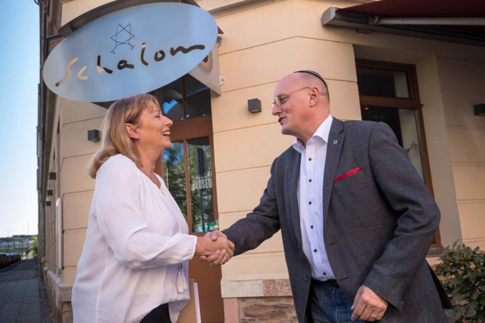 """Nach einem antisemitischen Angriff besuchte die sächsische Integrationsministerin Petra Köpping (60, SPD) den """"Schalom""""-Chef Uwe Dziuballa (53)."""