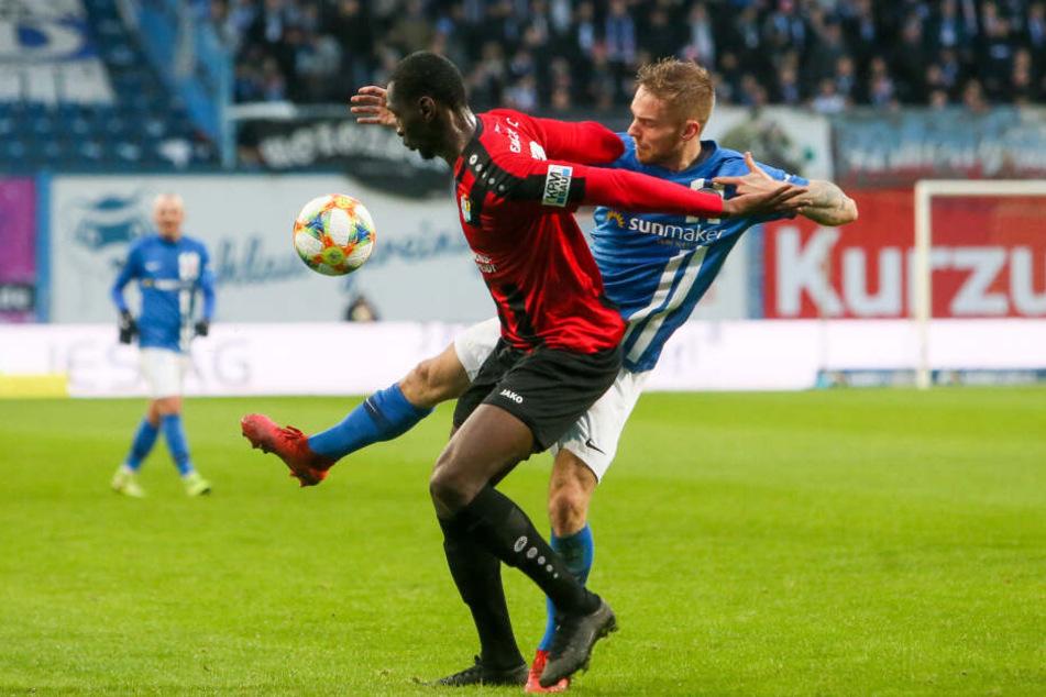 Tarsis Bonga (l.) im Zweikampf mit Nils Butzen.