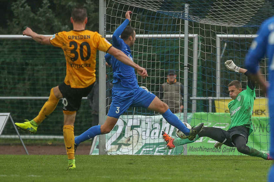 Stefan Kutschke (30) trifft in dieser Szene zum 5:0-Endstand für Dynamo.