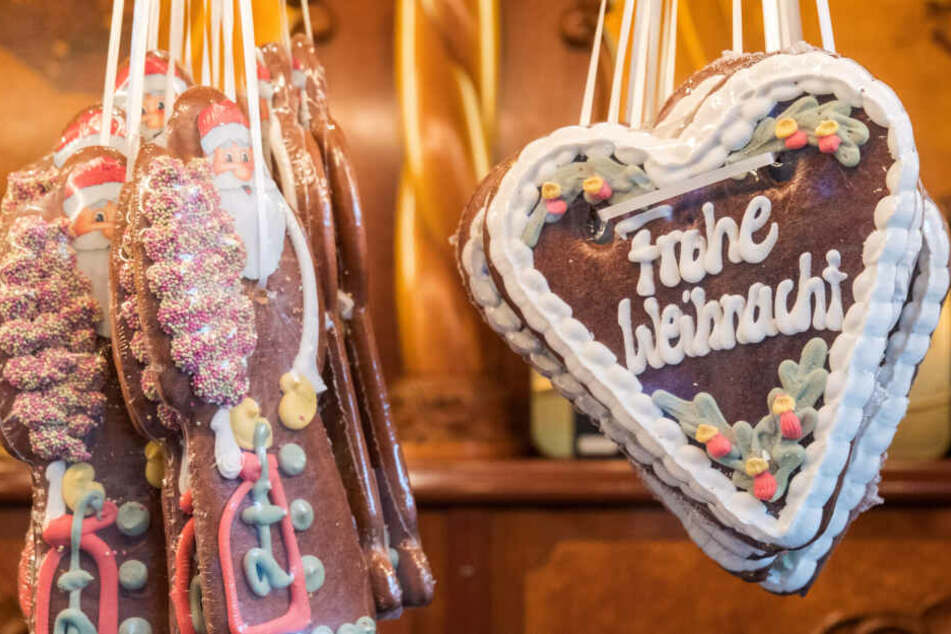 Figuren und Herzen aus Lebkuchen hängen auf dem Weihnachtsmarkt am Rathausmarkt.