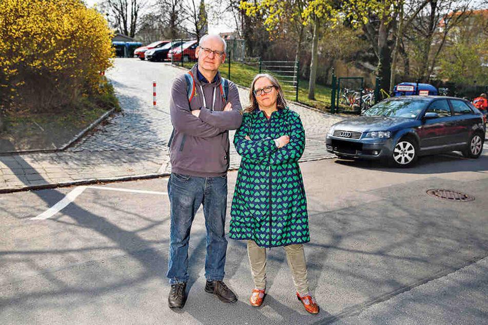 Johannes Lichdi (55, Grüne) und Stadtbezirksrätin Ulla Wacker (47, Grüne) setzen sich für ein einseitiges Parkverbot vor der Schule ein.