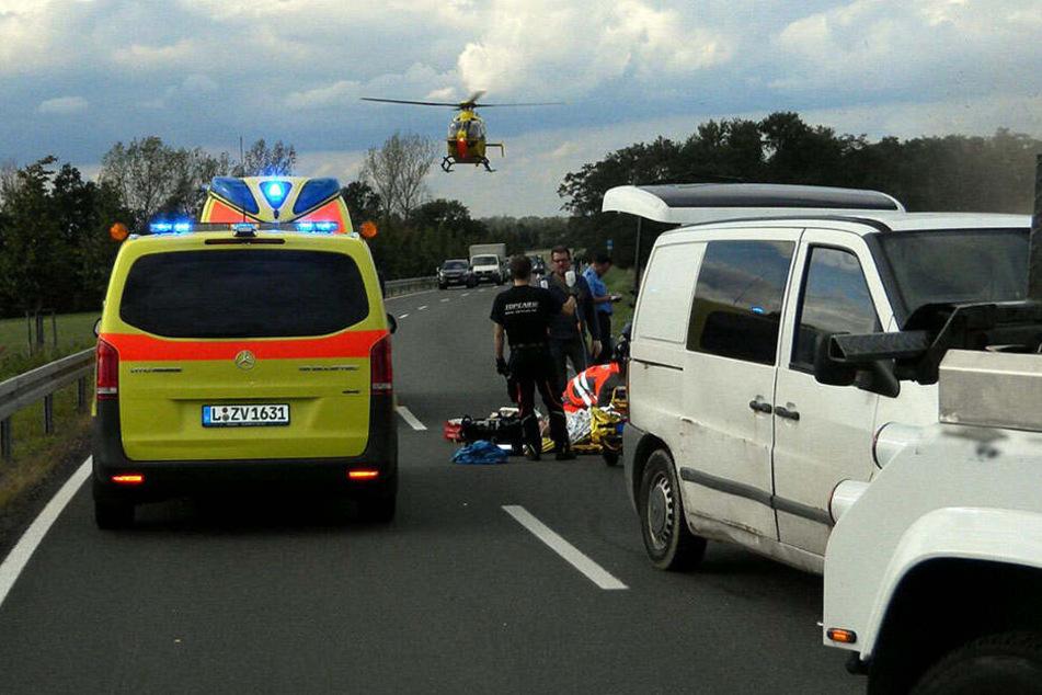 Der verletzte Kradfahrer musste mit dem Rettungshubschrauber in ein Krankenhaus gebracht werden.