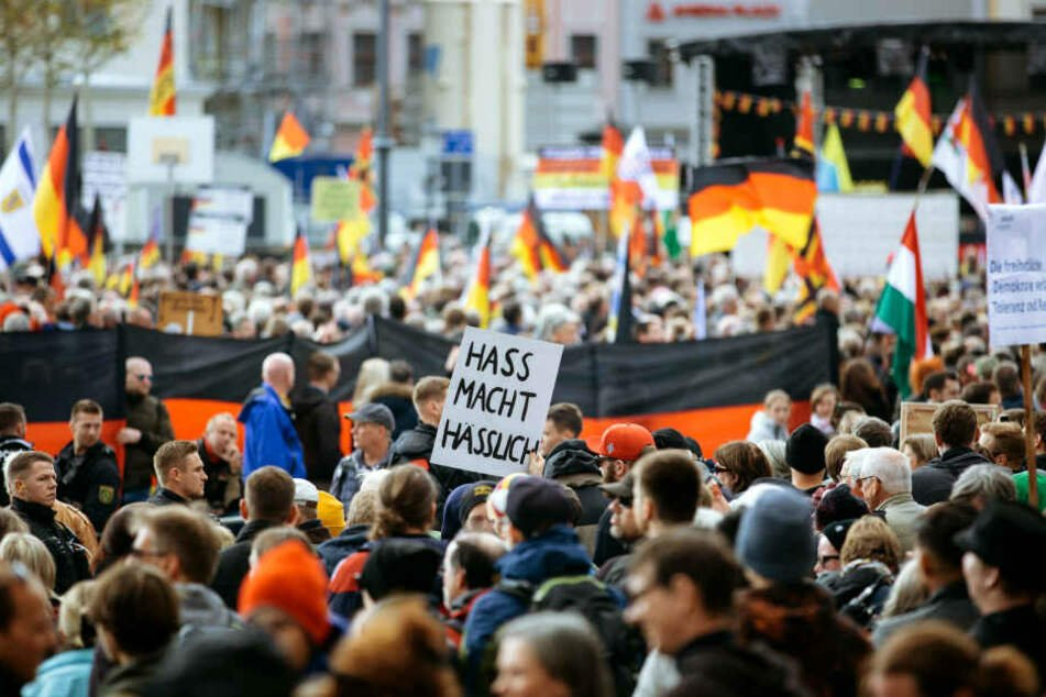 Pegida-Demonstration und Gegendemonstranten am Neumarkt/Dresden 2018. (Archivbild)
