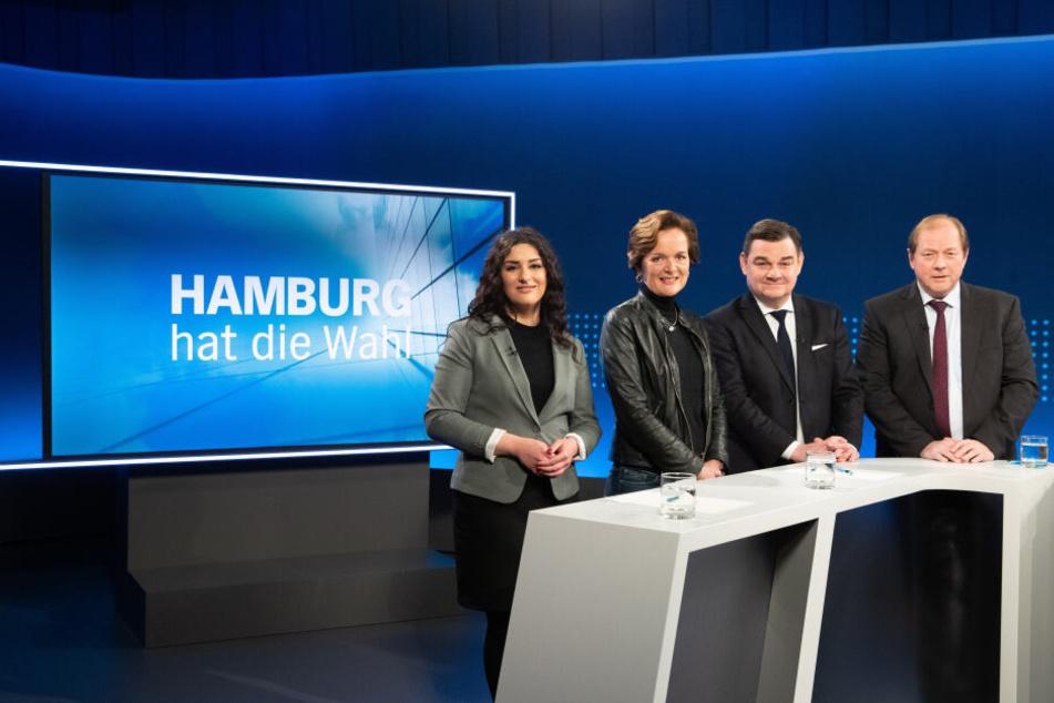 Die Spitzenkandidaten Cansu Özdemir (Die Linke, l-r), Anna von Treuenfels-Frowein (FDP), Marcus Weinberg (CDU) und Dirk Nockemann (AfD) vor dem TV-Duell.