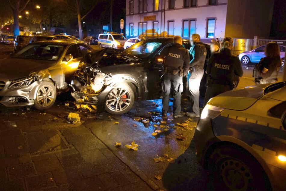 Streifenwagen und Auto krachen zusammen, Polizisten verletzt!