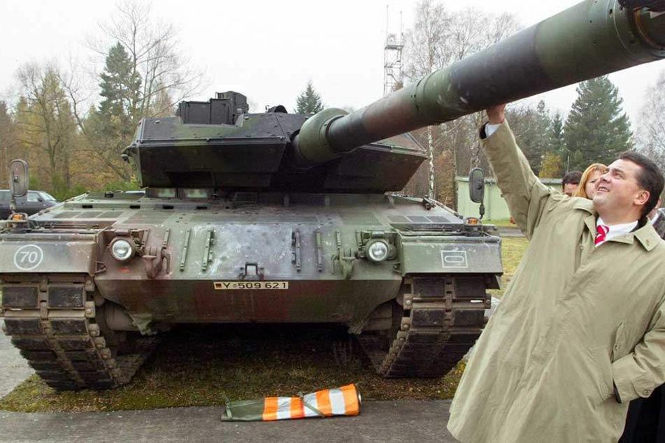 Sigmar Gabriel, hier noch als Regierungschef von Niedersachsen, schaut sich einen Leopard Kampfpanzer an.