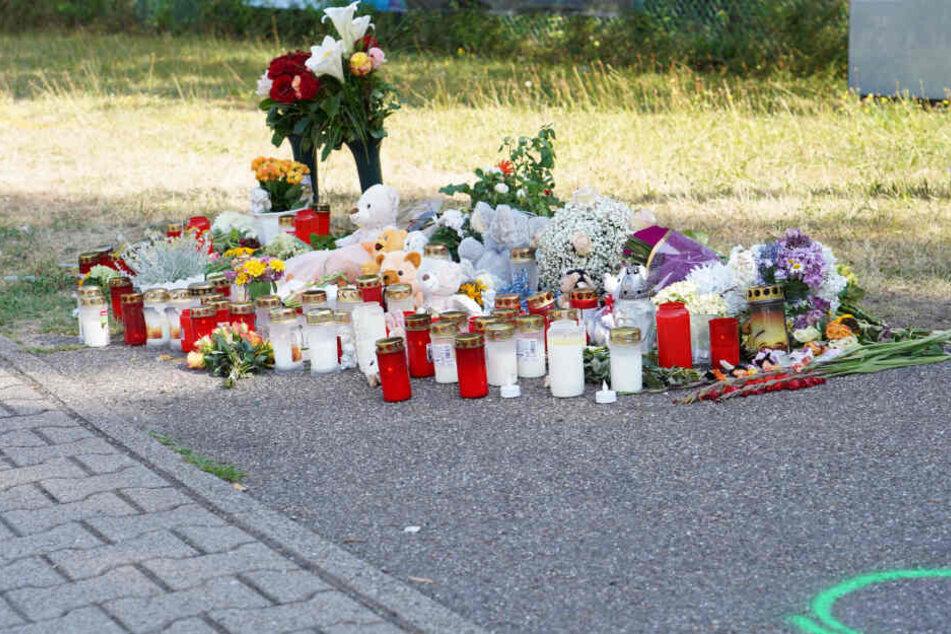 Blumen und Kerzen an der Unfallstelle.