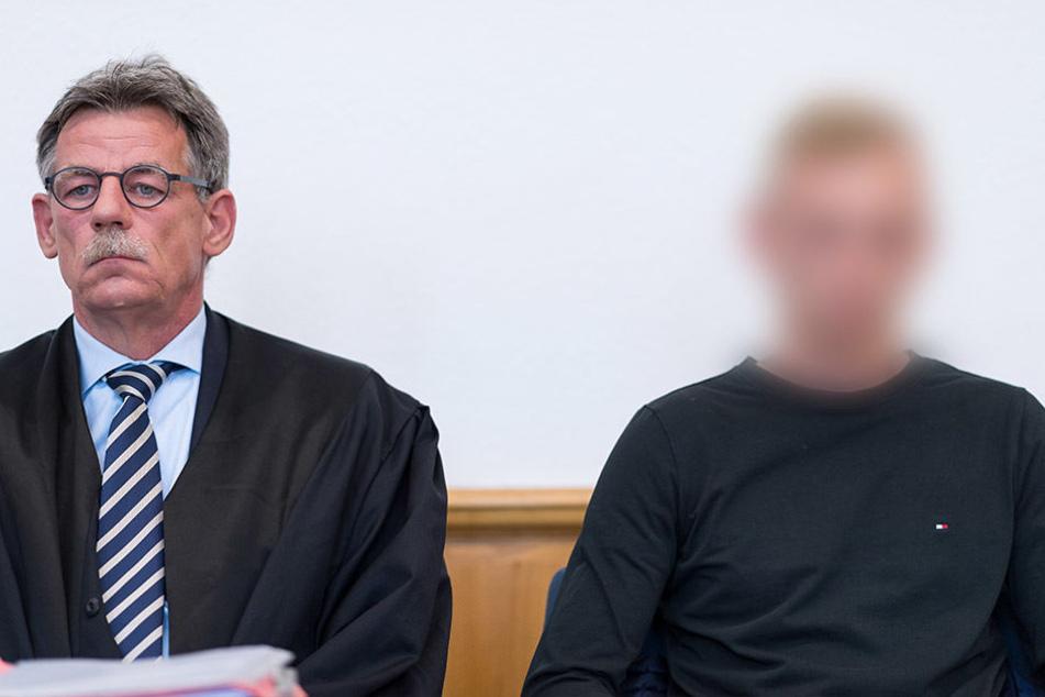 Mit seinem Anwalt Dirk Röttgering hört sich der Angeklafte W (re.) das Urteil an.