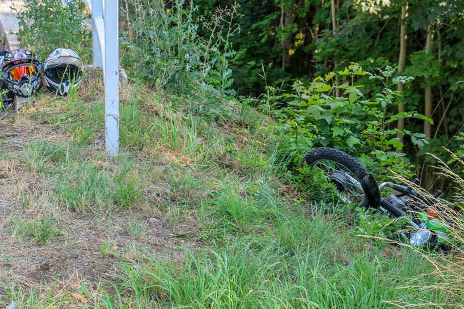 Die Fahrerin blieb mit ihrem Moped in einem Straßengraben liegen.