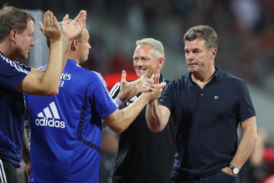 Dieter Hecking (rechts) feiert den HSV-Sieg.