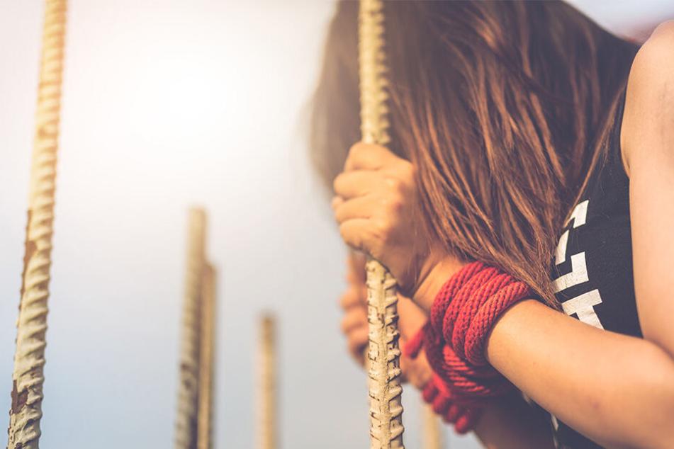 Neun Männer, darunter ihr eigener Freund, sollen die Jugendliche vergewaltigt haben (Symbolbild).