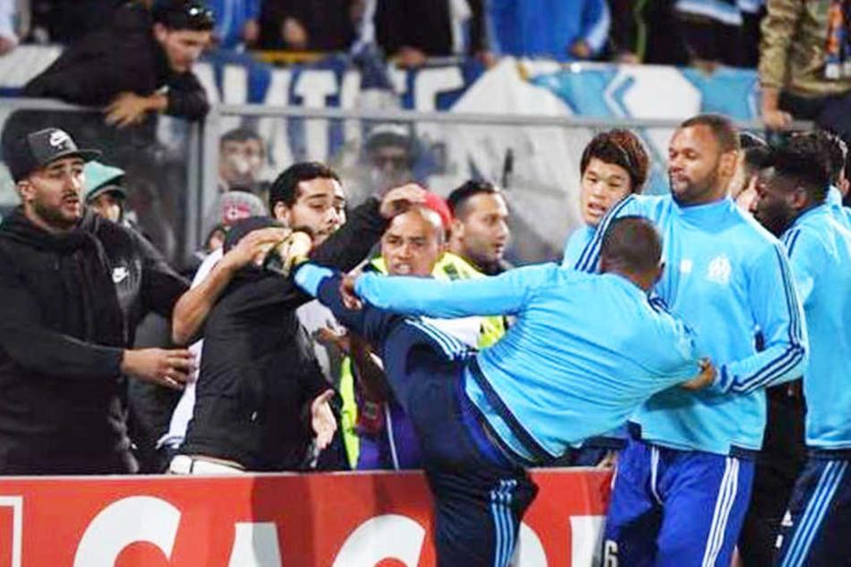 Skandal! Fußballer tritt eigenen Fan ins Gesicht