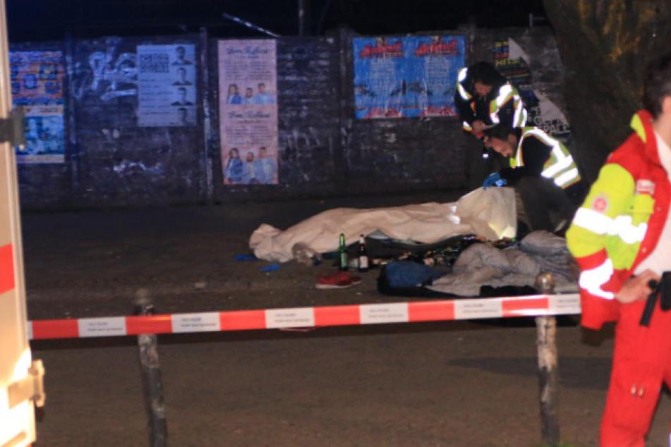 Polizisten am Fundort der Leiche in Berlin-Friedrichshain.