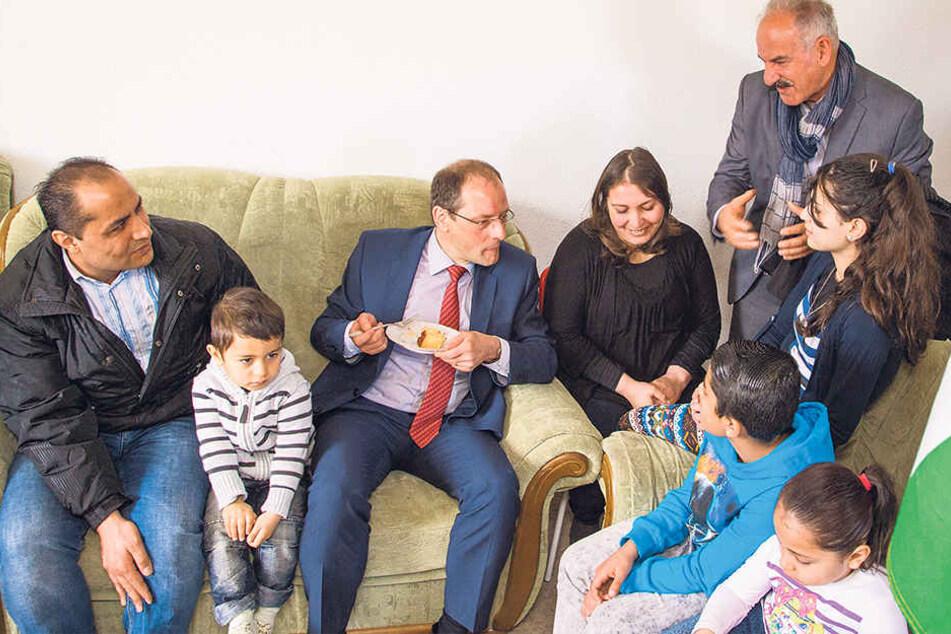 Familie Merjan - hier mit Minister Ulbig (52, CDU,Mitte). Das Gericht entschied jetzt, dass sie nicht abgeschoben werden dürfen.