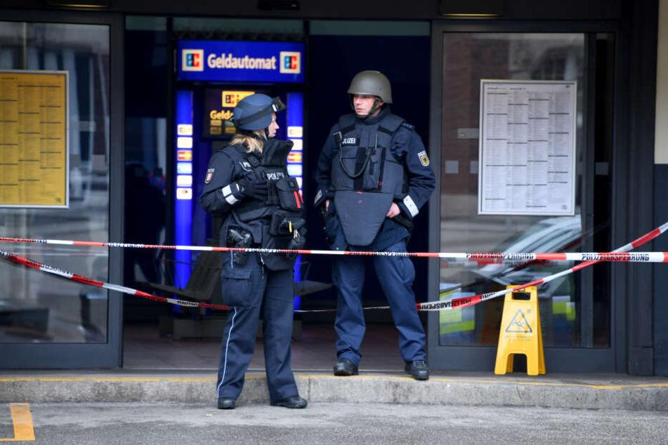 Polizeibeamte stehen am Lübecker Hauptbahnhof. Der musste nach einer E-mail mit Bombendrohung evakuiert und der Zugverkehr eingestellt werden.