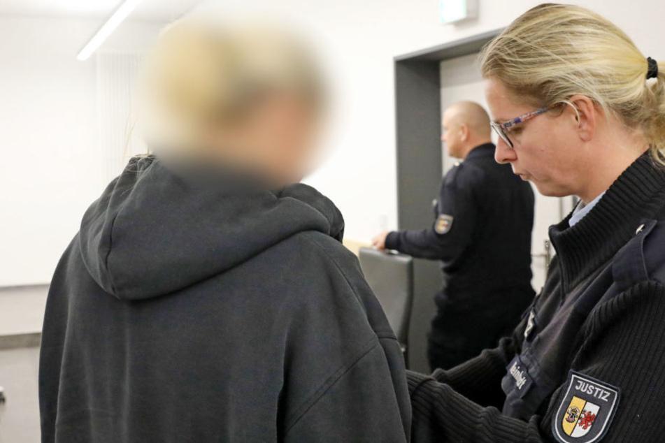 Der Angeklagten werden von der Justizbeamtin die Handschellen abgenommen.