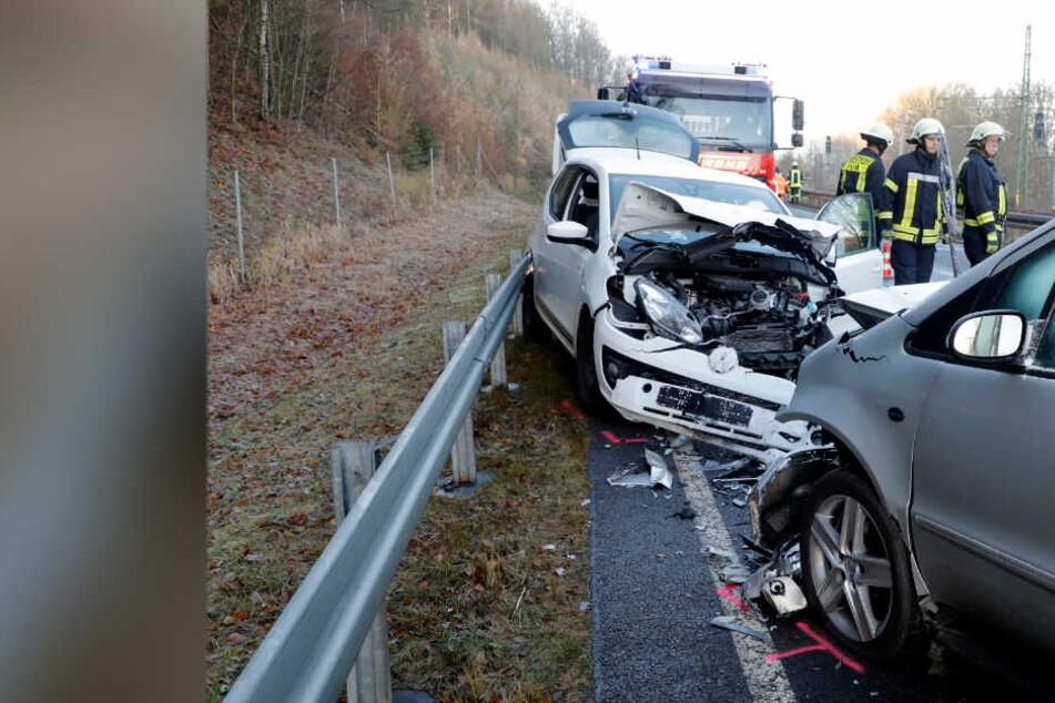 Schwerer Unfall: Zwei Autos krachen frontal ineinander