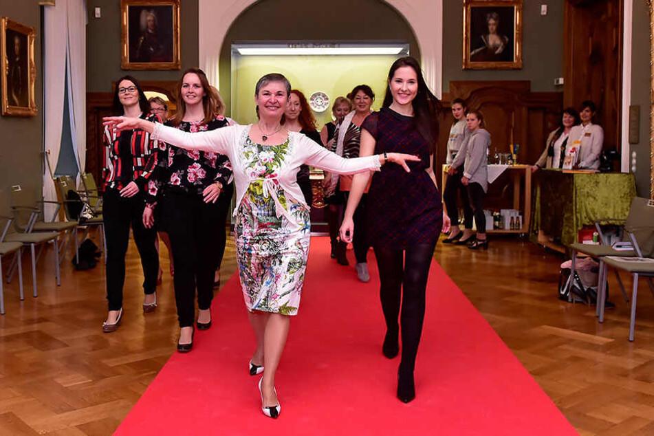 Elegant über den roten Teppich schweben: Ute Lohs (56, vorn l.) zeigte Reporterin Isabel Möller (20, vorn r.), wie's geht.