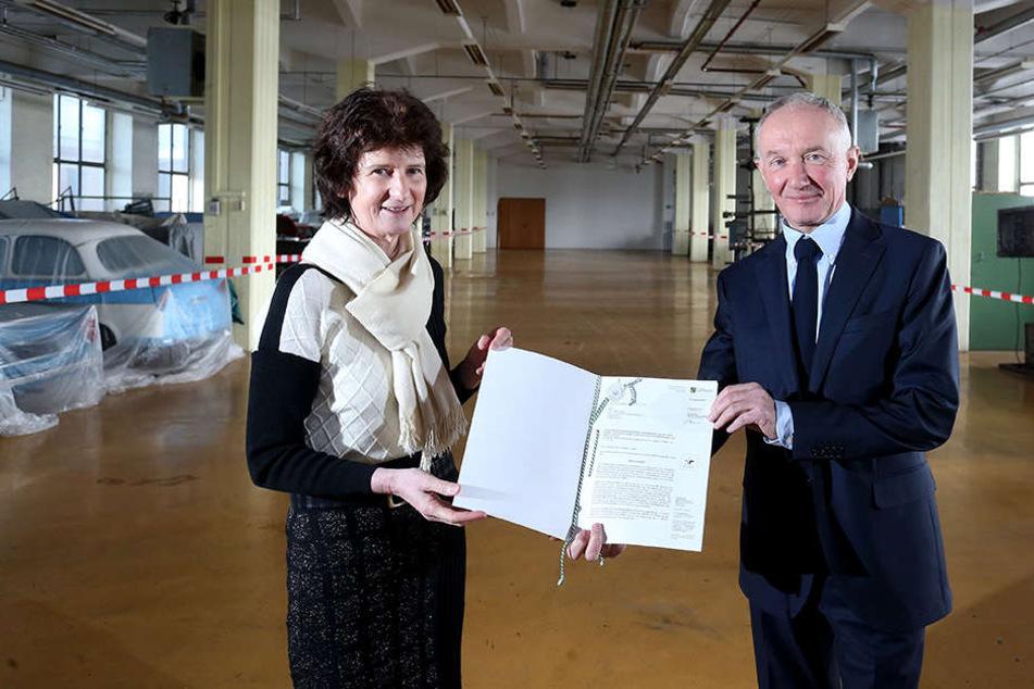 Ministerin Eva Maria Stange (59, SPD) und der Chef des Hygiene-Museums Dresden, Klaus Vogel (60), bei der gestrigen Scheckübergabe im Zwickauer Audibau.