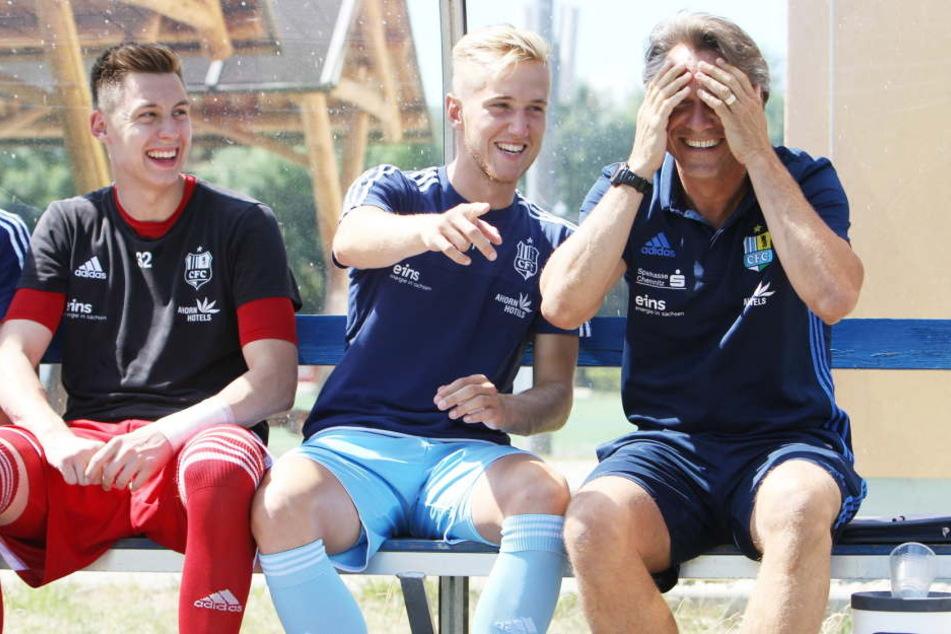 Will die ganze Saison mit seinen Schützlingen Spaß haben: CFC-Trainer Horst Steffen (r./hier mit Alexander Dartsch, Mitte und Torhüter Kevin Rene Tittel, li.).