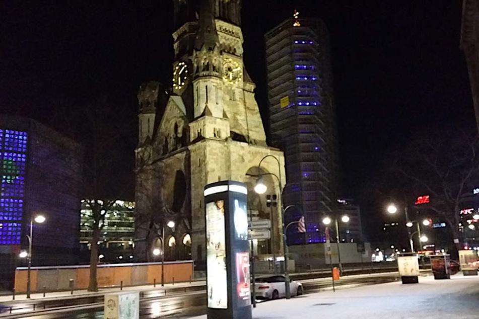 Leichter Schneefall an der Berliner Gedächtniskirche.